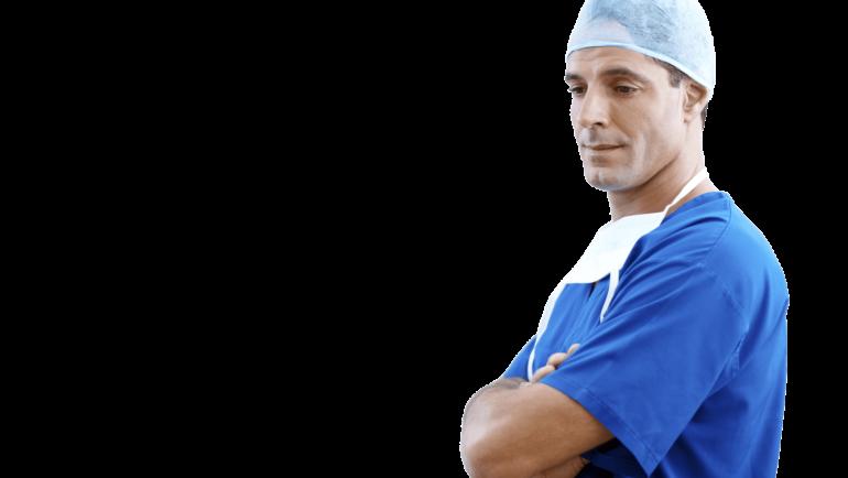 lekarz w odzieży medycznej i czepku